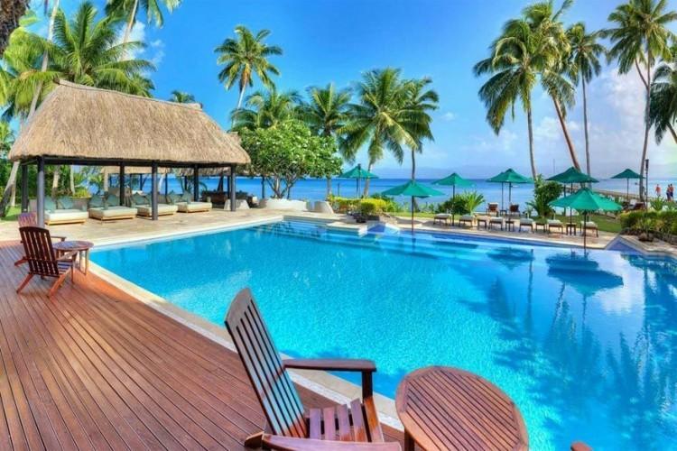 Jean-Michel Cousteau Resort in Fiji: Jean-Michel Cousteau, een bekende Franse ontdekkingsreiziger, maakte ook faam als milieubeschermer. Geen wonder dus dat je in dit luxeresort in Vanu Levu, Fiji, enkel gezond en vers kan eten. De biologische tuin staat vol smakelijke vruchten zoals kokosnoot, ananas, mango en guave, allemaal gekweekt op een duurzame manier. Je kan als gast ook een educatief programma volgen waarin je meer leert over de natuur en waarom het zo belangrijk is haar in stand te houden. Het resort wordt verlicht met energiezuinige lampen en gebruikt hout uit erkende lokale bossen. Gekweekte vis zal je trouwens nooit op het menu zien staan. © Jean-Michel Cousteau Resort
