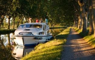 Vaar op het Canal du Midi: je hebt niet altijd een vaarbewijs of -ervaring nodig om kapitein van je eigen schip te zijn. In Zuid-Frankrijk kan je namelijk ook zonder een vaarbewijs een boot huren, al voorzien de verhuurmaatschappijen uiteraard wel een korte opleiding ter plaatste voor je vertrekt. Het prachtige Canal du Midi, UNESCO-werelderfgoed, is eenvoudig te bevaren en uitstekend geschikt voor beginners. Het kanaal loopt van Sète via de middeleeuwse stad Carcassonne naar Toulouse, met onderweg zonovergoten wijngaarden, allerlei pittoreske dorpjes en het wereldberoemde sluizencomplex van Fonséranes. © Le Boat