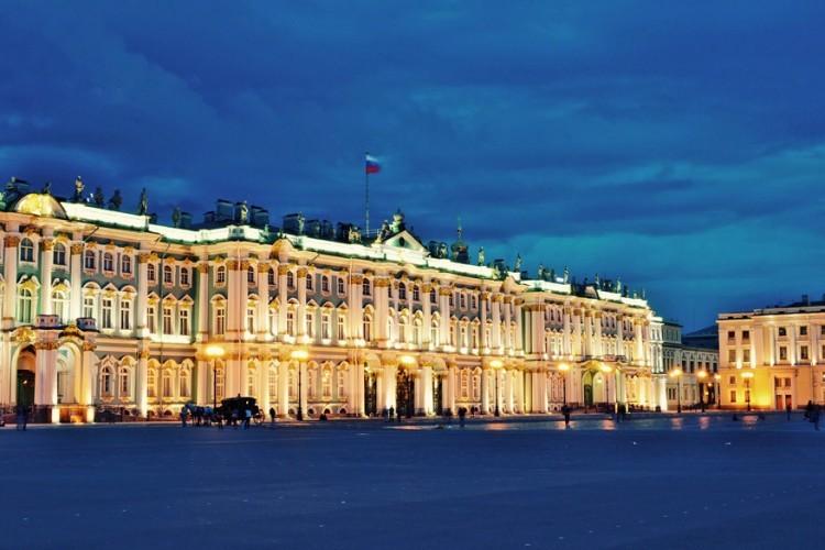 Wie Sint-Petersburg zegt, zegt de Hermitage. Dit is een van de grootste en omvangrijkste kunst- en cultuurhistorische musea ter wereld. Geen enkel museum weet zo uit te pakken met pure grandeur. Al wandelend door de schitterende, vergulde, met fresco's versierde kamers van het grote Winterpaleis krijg je een indrukwekkend idee van de betoverende rijkdom en extravagantie van de Romanovs. Tip: de verlichte gebouwen zien er nog magischer uit onder een dik pak sneeuw. © Wikimedia Commons