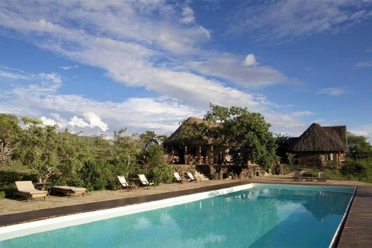 Campi ya Kanzi in Kenia: dit Afrikaanse resort kwam tot stand met enkel lokaal hout dat bomen op een natuurlijke manier verloren. Bovendien werkte enkel de lokale Masai-bevolking aan de opbouw. Energie haalt het hotel uit fotovoltaïsche panelen en het water winnen ze uit systemen dat regenwater opvangt en zuivert. © Campi ya Kanzi