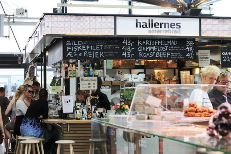 Torvehallerne in Kopenhagen: in het centrum van de stad, vlak bij de Botanische Tuin, ligt deze overdekte markthal. Aan maar liefst 60 verschillende eetstandjes verkopen ze zo goed als alles. Van verse vis tot vlees en gourmet en zelfs chocolade en exotische kruiden; hier vind je meer dan genoeg ingrediënten, bovendien biologisch geteeld, om een divers menu op tafel te toveren. Proef zeker eens van grød, een typische Deense pap. Dagelijks geopend. © Heather Sperling via Flickr Creative Commons