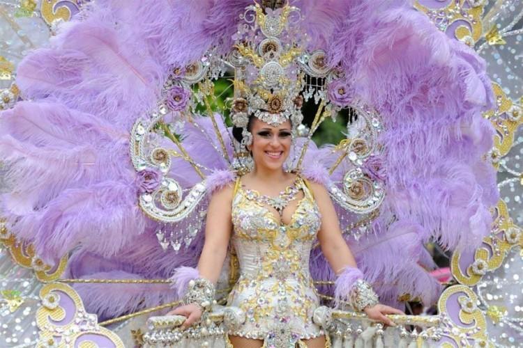 Las Palmas in Spanje, van 10 februari tot 5 maart 2017: het carnaval van Las Palmas is het oudste van de Canarische Eilanden. De laatste vijf eeuwen staat vooral diversiteit centraal: de koningin van het carnaval wordt al feestend omringd door drag queens, dansers en acrobaten. © Photo CANARYLUC / Shutterstock, Inc.