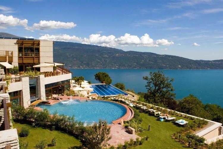 Het LeFay Resort in Italië: dit luxehotel aan het Gardameer maakt gebruik van de nieuwste technieken voor hernieuwbare energie. Bovendien ligt het vlak tussen de heuvels vol olijfgaarden, citroentuinen en wijngaarden waardoor er elke dag wel iets kraakvers op je bord ligt. Een betere plek om tot rust te komen in de Italiaanse schoonheid vind je haast niet. © LeFay Resort