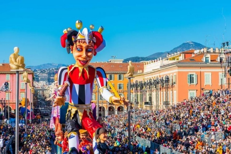 Nice in Frankrijk, van 11 tot 25 februari: twee weken lang stroomt de Franse stad vol met allerhande muzikanten en dansers die deelnemen aan de kleurrijke parades. Dit jaar vertellen 17 wagens het verhaal van 'Le Roi d'Energy', de carnavalsmascotte. © Toerisme Frankrijk