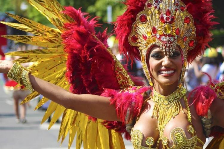 Notting Hill in Londen, Engeland, van 27 tot 28 augustus 2017: sinds 1965 verandert het straatbeeld in de Londense trendy wijk Notting Hill in een mini Rio de Janeiro. Twee dagen lang wordt er volop gevierd met glinsterende kostuums van pailletten en voelt de sfeer erg Caraïbisch aan! © The Golden Scope