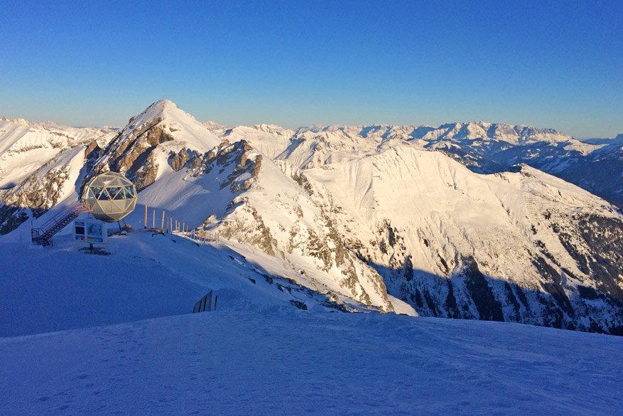 Het uitzicht vanop de Kreuzkogel met het futuristische bergstation in de verte. © Kiënta Martens
