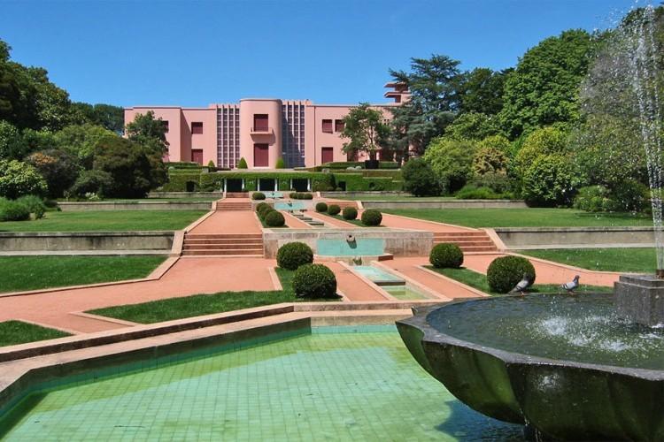 Naar het Serralves Museum in Porto moet je vooral gaan omwille van de setting. In de knappe roze Art Déco villa bewonder je een interessant arsenaal aan hedendaagse kunst en performance art. De meest belangrijke kunstenaars van nu stellen er hun werk voor. Ideaal om nieuwe ontdekkingen te doen of om eens rond te struinen in het gigantische aangrenzende park. © Paula Soler-Moya via Flickr Creative Commons