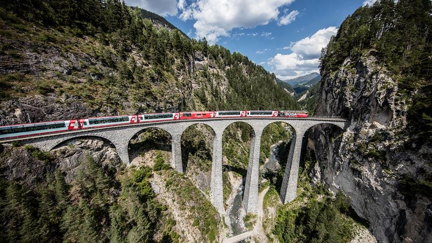 Dankzij het thema 'Bahnerlebnis' beleef je de Zwitserse spoorwegen als nooit tevoren. © Rhätische Bahn