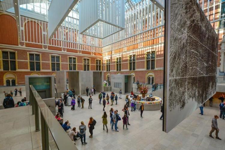 Dichter bij huis maakt het Rijksmuseum in Amsterdam grote kans om een romantische toets te geven aan jullie weekendje weg. De collectie biedt werken van 17de-eeuwse Nederlandse meesters zoals Rembrandt, Vermeer en Hals. Maar vergeet ook geen blik te werpen op de portretten van Isaac Massa en Beatrix van der Laen. © Pixabay
