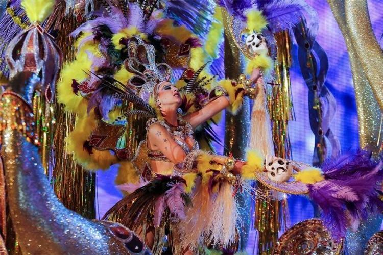 Santa Cruz de Tenerife in Spanje, van 19 februari tot 5 maart 2017: dit zou, na Brazilië, het populairste carnavalsfeest ter wereld zijn. Twee weken lang loopt iedereen er dan uitgedost en feestend door de straten. De loodzware glinsterende kostuums kan je niet op één hand tellen. © Pablo Blazquez Dominguez for Getty Images