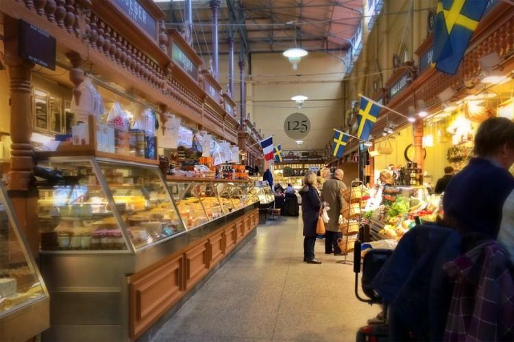 Östermalms Saluhall in Stockholm: deze markthal uit 1888 ligt in de chiquere wijk van de Zweedse hoofdstad en dat merk je ook aan de producten die je er vindt. Vooral delicatessen en verfijnde Zweedse lunches nemen de bovenhand. Proef van vers gemaakte chokladsnittar, bijzondere chocoladekoekjes, of bestel een bordje vol smakelijke vis en zelfs sushi. Open van maandag tot donderdag van 9u tot 16u, op vrijdag van 9u30 tot 19u en op zaterdag van 9u30 tot 16u. © Sharon Hahn Darlin via Flickr Creative Commons