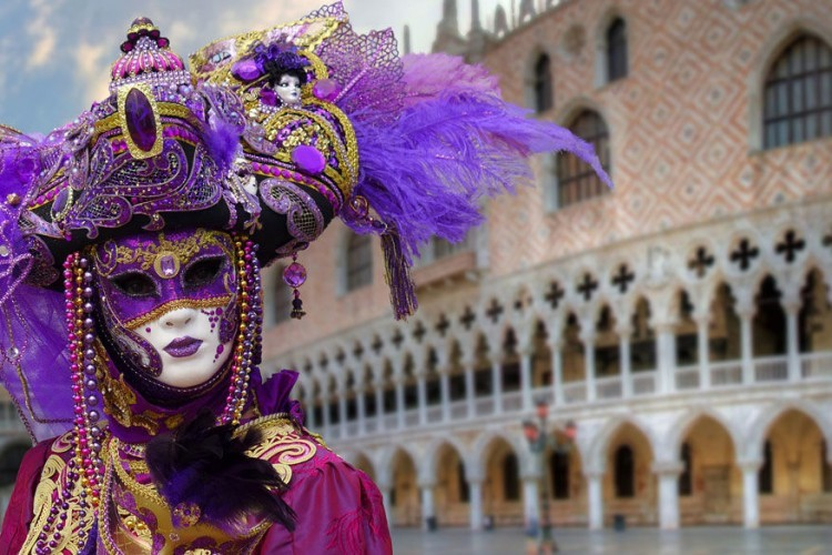Venetië in Italië, van 11 tot 28 februari 2017: het bekendste carnavalsfeest in Europa. De festiviteiten beginnen met het Festa delle Marie en de bijhorende gekostumeerde processie die richting het San Marcoplein marcheert. De overige dagen vult de stad zich met feestvierders in knappe kostuums en mysterieuze maskers. © Pixabay