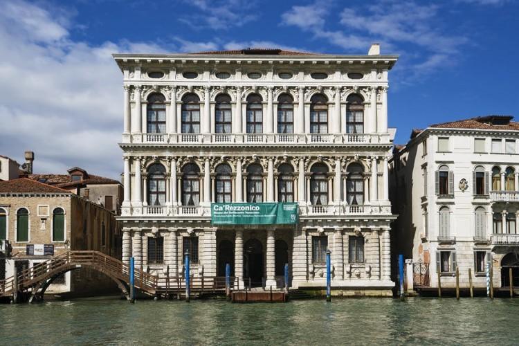 Venetië staat bekend als een van de, zo niet dé meest romantische, steden van Europa. Doe er nog een cultureel schepje bovenop en bezoek het Ca' Rezzonico: een 17de-eeuws paleis aan het Canal Grande in de wijk Dorsdoduro. In het mondaine interieur tref je verschillende kunstwerken aan die het betere flirt-, vrij- en trouwwerk anno 18de eeuw in beeld brengen. © Wikimedia Commons