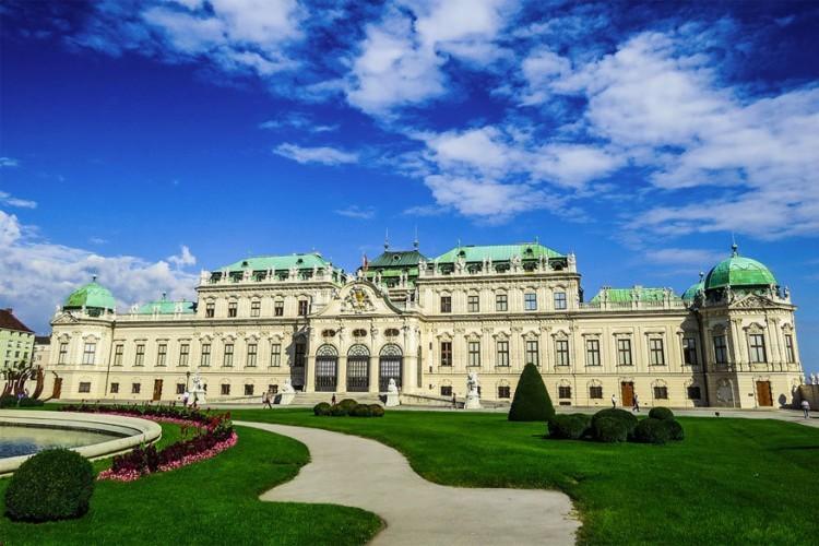 Wenen is een stad die winter en zomer weet te charmeren en ook hier vind je culturele parels die elk (kunst)hart warmer maken. Stap binnen in het prachtige Slot Belvedere, omringd door heel wat feeërieke tuinen. Binnen in het barok paleizencomplex uit de 18de eeuw kom je oog in oog te staan met het meest romantische meesterwerk van Gustav Klimt: 'De Kus'. © Klefer via Flickr Creative Commons
