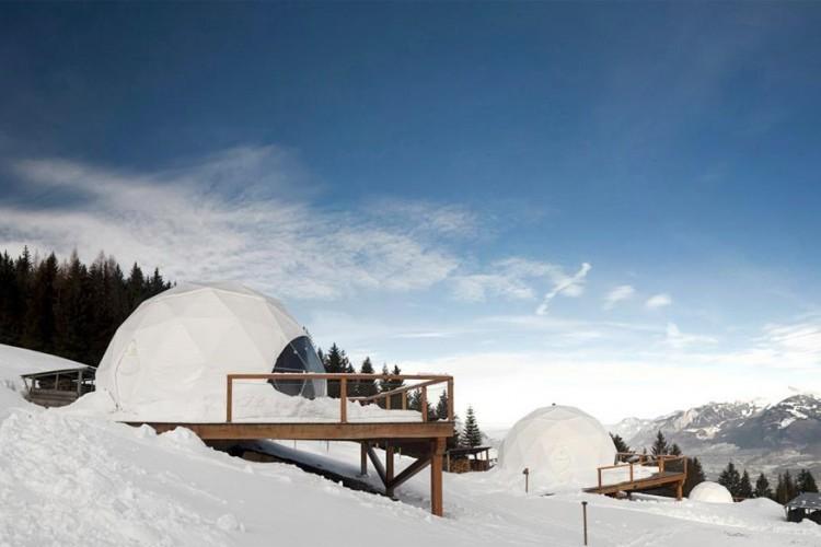 Whitepod Eco Resort in Zwitserland: deze luxe-iglo's staan garant voor een unieke en duurzame Alpenervaring. Ze werden gebouwd van een zelfdragend raamwerk zodat een minimum aan bouwmaterialen nodig was. Elke iglo wordt verwarmd door een stoof met hout uit de buurt. Verlichting gebeurt met LED-lichtjes en water haal je uit een lokale bron! © Whitepod Eco Resort
