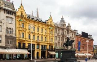 1. De eerste bezienswaardigheid brengt me naar Ban Jelačić Square, het centrale plein van Zagreb uit de 17de eeuw. De plek, vernoemd naar de bekende Oostenrijkse generaal ban Josip Jelačić, heette tot de 18de eeuw Harmica. Hier gaan heel wat activiteiten door. Eén van mijn favorieten is de kerstmarkt waar je in de vele kerstkraampjes verschillende Kroatische specialiteiten kan proeven. De gerookte worst (kulen) of gedroogde ham zijn er heerlijk! © Wikimedia Commons