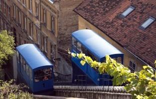 5. Terugkerend naar de trappen van Art Park zie ik de Zagrebačka uspinjača of in het Engels Zagreb Funicular. Schrikt hoogte je niet af, dan is een afdaling een aanrader! De prijs voor deze rit is 4,00 Kuna, ongeveer 0,50 euro. De kabelbaan is open van 06u30 tot 22u00. © Pixabay