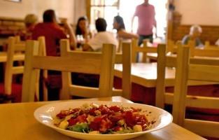 7. Als ik mijn tocht door de straten van het centrum vervolg, verleidt me plots een heerlijke geur. Getipt door locals stop ik voor restaurant Nokturno. Hier krijg je heerlijke Kroatische specialiteiten op je bord. Topfavorieten zijn de visgerechten, risotto's, pizza's en pasta's. De gemiddelde prijs van een hoofdgerecht bedraagt zelfs minder dan 10 euro! Zelf eet ik het liefst de 'zwarte risotto' of inktvisrisotto. Ongetwijfeld keuren kenners dit recept goed! © Nokturno