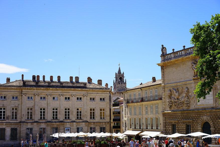 Trein met Thalys naar de zonovergoten terrassen in de binnenstad van Avignon.