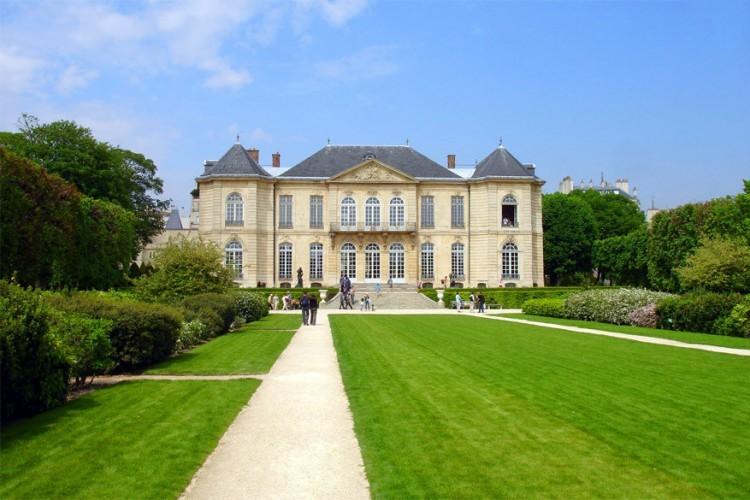 Wie houdt van intimiteit en kunst kan de twee het best combineren in het Rodin Museum in Parijs. Het museum, gelegen in het Hôtel Biron, werd recent heropend na een reeks grondige verbouwingen. In het chique optrekje geniet je van de beste werken van schilder en beeldhouwer Rodin inclusief de meesterwerken 'De Kus' en 'De Denker'. Die laatste vind je in het beeldenpark aan het hotel. © Wikipedia Commons