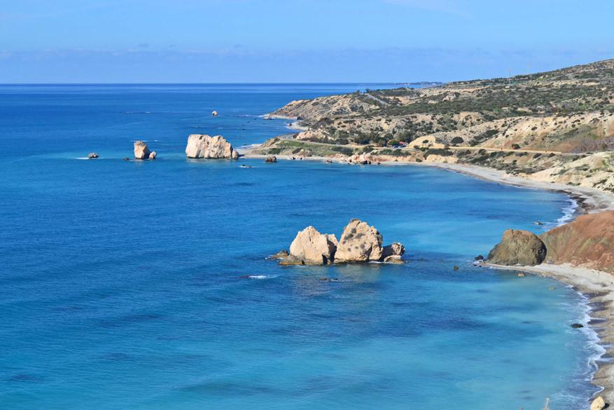 Aan de verste, grootste rots op de foto zou de godin Aphrodite geboren zijn.