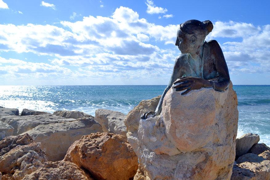 'Sol Alter' van Yiota Ioannidou stelt Aphrodite voor leunend tegen te rotsen. Het beeld maakt deel uit van het Open Air Art Museum. Een tentoonstelling van 12 werken gerealiseerd door 6 kunstenaars.