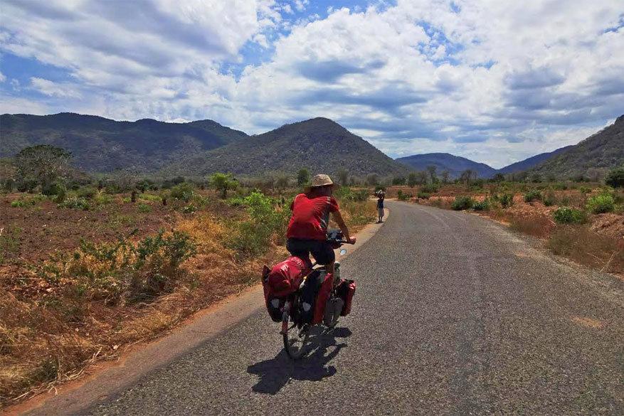 Kies een fiets met voldoende bagageruimte en een die verschillende landschappen aankan.