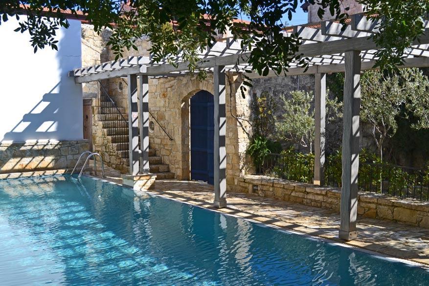 Het authentieke hotelletje Apokryfo met een zwembad in de binnenplaats.