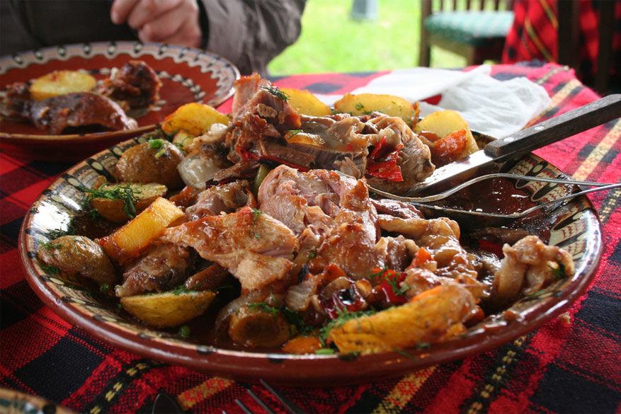 Proef tijdens het uitgaan van typische Bulgaarse gerechten. © Ramón via Flickr Creative Commons