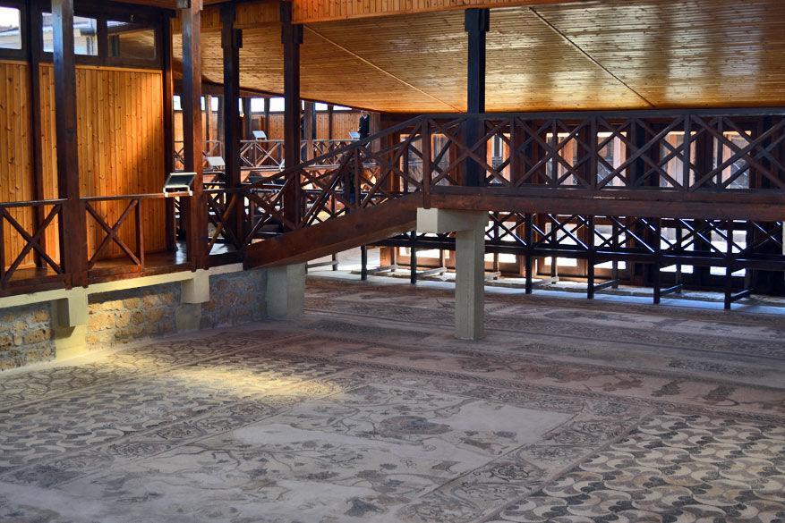 De mozaïeken op de vloer vertellen verhalen uit de Griekse mythologie.