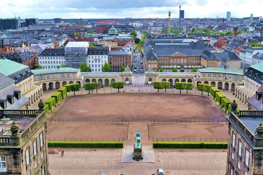 Het uitzicht op de stad vanaf de toren van Christiansborg slot.