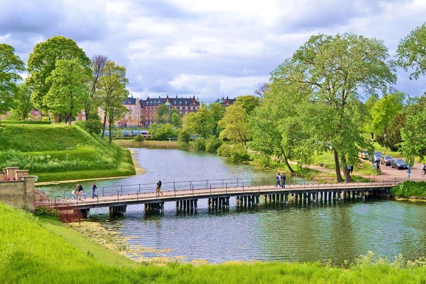 In het voormalige fort Kastellet is het aardig genieten aan het water op de groene heuvels.