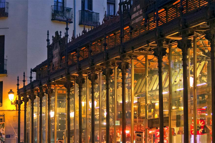 Proeven à volonté gaat in de overdekte markthal Mercado de San Miguel. © Wikimedia Commons