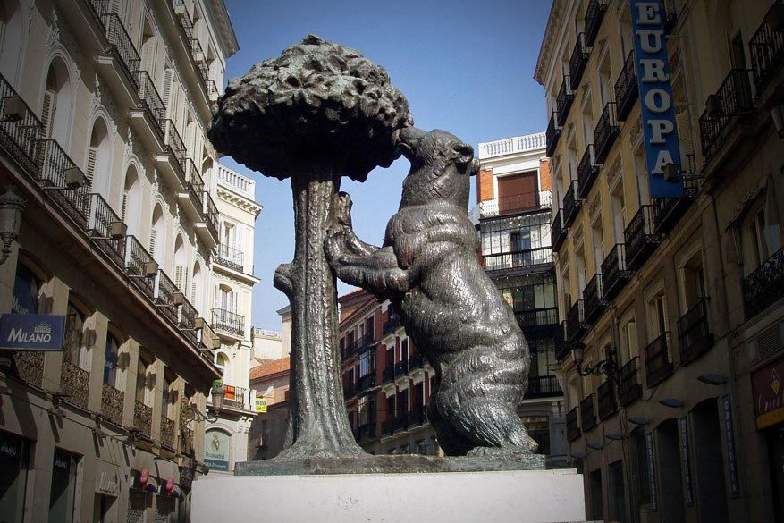 Het standbeeld van 'de Beer en de Aardbeienboom'. © Pixabay