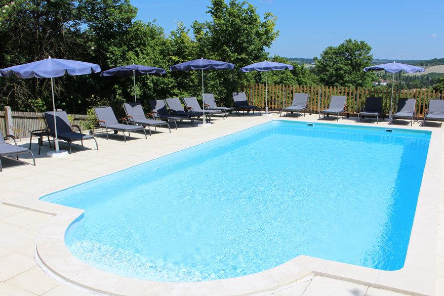 Zonnebaden of zwemmen kan aan het zwembad van de B&B