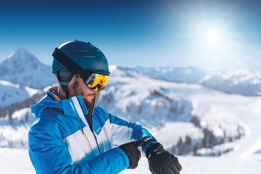 De data-skibril bedien je makkelijk met het bijhorende polsbandje. © Ski amadé Tourismus