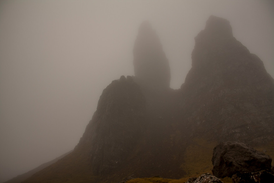 Zelfs in de mist is de Storr imponerend