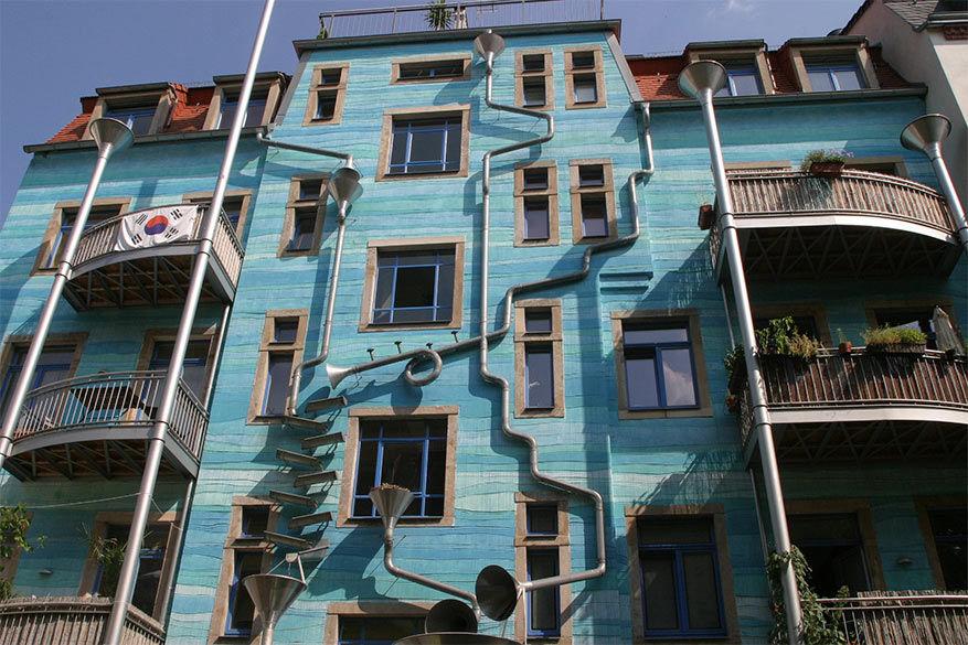 Je staat voor kleurrijke verrassingen in de Kunsthofpassage