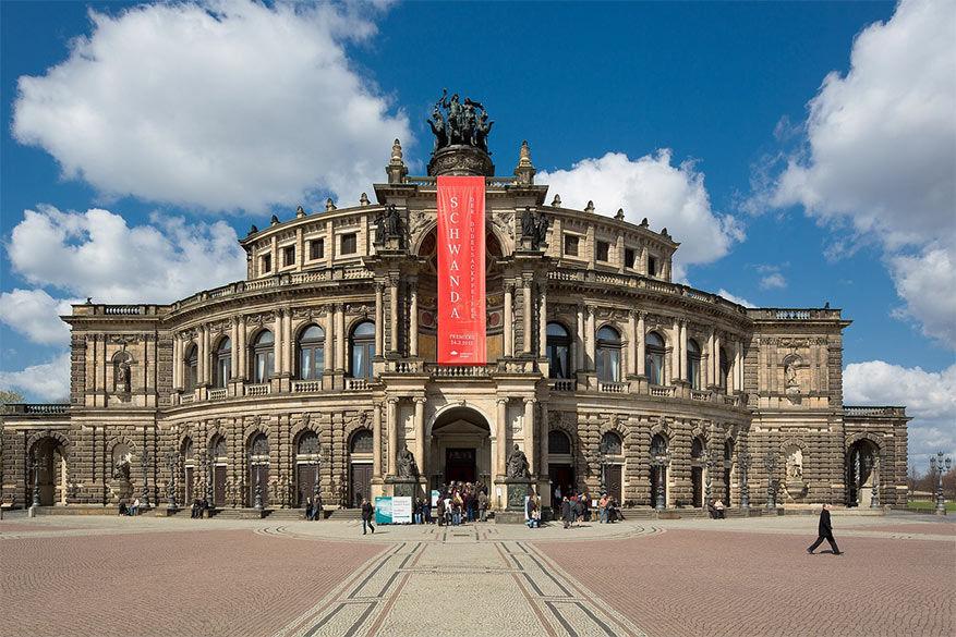 Semper opera is de plaats om een operavoorstelling bij te wonen