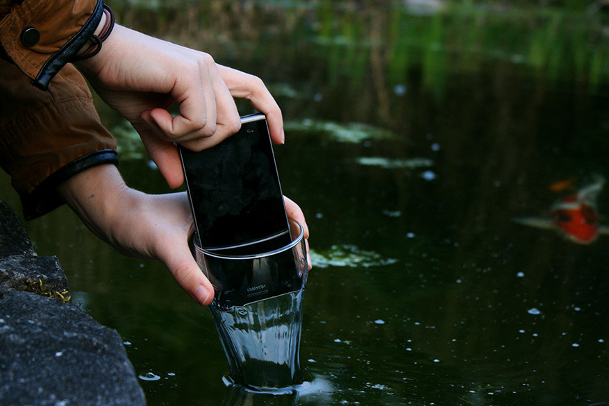 Wees voorzichtig als je het glas in water plaatst.