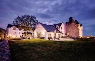 3. Bibberen in een spookkasteel: verblijf, als je durft, in Ballygally Castle Hotel in county Antrim: één van de meest beroemde spooklocaties in Ierland. Wil je thuiskomen met een wel erg bijzonder verhaal, dan is het wellicht de moeite waard om een nachtelijke ontmoeting te riskeren met de geest van Lady Isobel! © Hastings Hotels