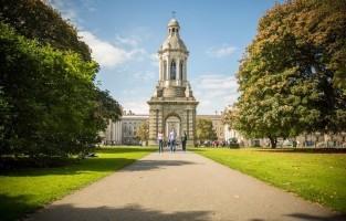 1. Verblijf op de universiteit: een citytrip in Dublin beleven om nooit meer te vergeten? Boek dan je overnachting in het vooraanstaande 16de-eeuwse Trinity College met zijn indrukwekkende bibliotheek en ommuurde domein in het hart van de Ierse hoofdstad. Ook de 18de-eeuwse universiteit van Maynooth, op 30 minuten per bus of trein van Dublin, is een magnifieke locatie. Het schitterende gebouw ligt op het platteland in het oosten van Ierland. Kamers zijn telkens beschikbaar van juni tot en met augustus, niet toevallig de timing dat de meeste studenten terug naar huis zijn om de rust en ruimte te garanderen. © Toerisme Ierland