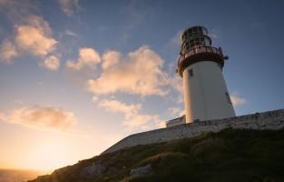 5. Slapen in een vuurtoren: kom volledig tot rust in een vuurtoren. DIe van Clare Island uit 1806 ligt in het prachtige Clew Bay net voor de kust van Mayo. Ook de Blackhead vuurtoren, op slechts 25 km rijden van Belfast, is een optie. Je vindt hem aan het noordelijke gedeelte van Belfast Lough vlak bij Island Magee en Carrickfergus. Galley Head Lightkeeper's Houses staan dan weer hoog op de indrukwekkende kliffen op ongeveer 40 meter boven de zeespiegel met uitzicht op St George's Channel. Galley Head Lighthouse Station ligt vlak bij het dorp Clonakilty. Er liggen er ook een aantal binnen handbereik van Cork City. © Toerisme Ierland