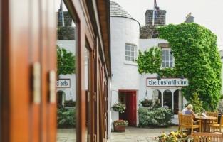 6. Elke avond een slaapmutsje: in Bushmills Inn in county Antrim komen whiskey fans volledig aan hun trekken. Het gebouw dateert uit 1608 en beschikt nog over geheime doorgangen en kamers waardoor gasten ongezien konden arriveren en vertrekken. Bushmills, de oudste gelicenseerde whiskey distilleerderij ter wereld, ligt slechts een deur verder, goed voor je dagelijkse slaapmutsje! © Bushmills Inn / Echt Ierland