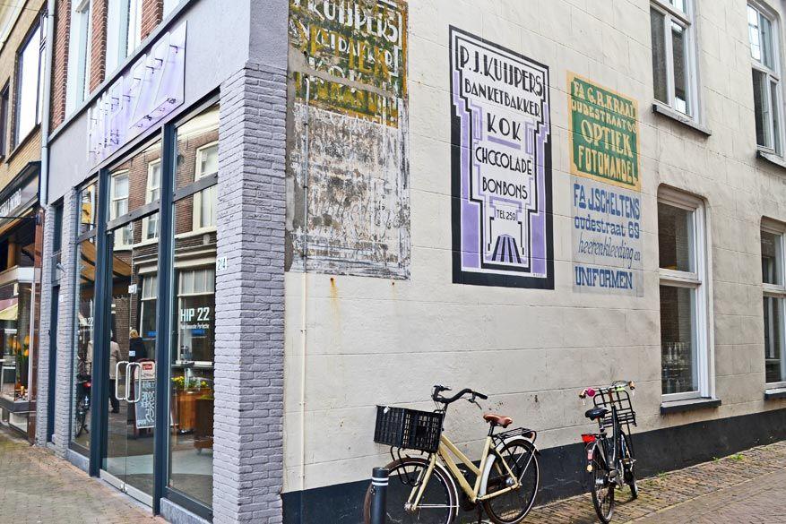 Oude muurreclames werden in de straten van Kampen authentiek opgefrist door vrijwilligers.