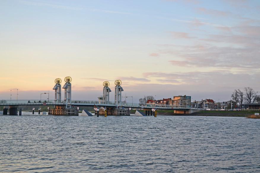 Slapen op een schip levert je mooie beelden op van de stadsbrug met Gouden Wielen.
