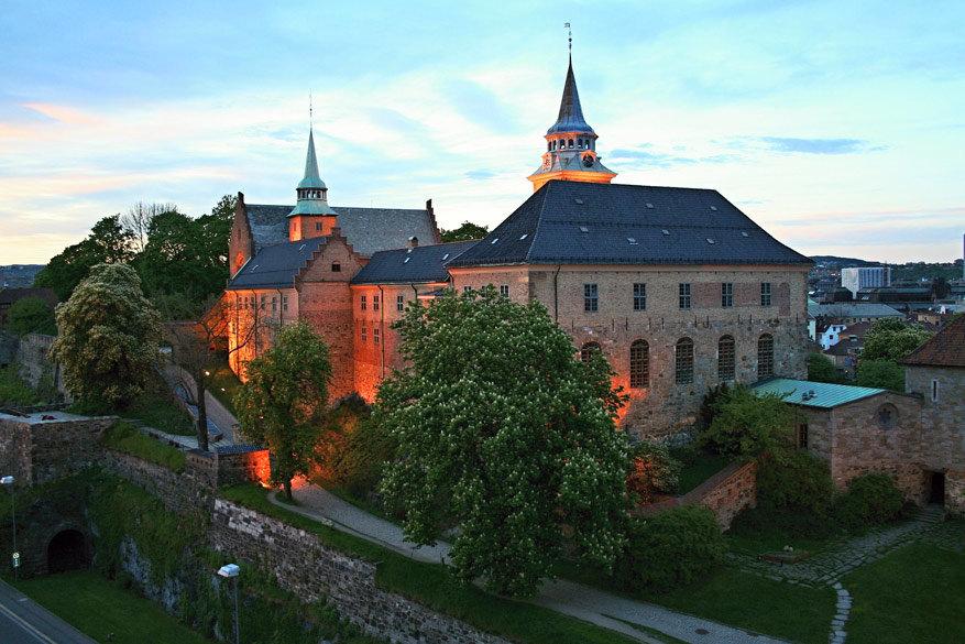 Het Akershus-fort bij valavond.