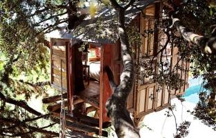 Rustieke boomhut in een natuurpark in Spanje: kom eens van de grond in deze boomhut in het warme Andalusië (drie meter om precies te zijn). Voor 40 euro is deze unieke verblijfplaats voor een nacht van jou en je reispartner. Volg de hangbrug naar het hutje en geniet van het uitzicht.