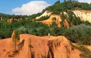 5. Ontelbare aardse tinten van oker Het Colorado Provençal van Rustrel is een bijzonder fenomeen. Je wandelt er tussen hoge rotsen en heuvels in het meest verblindende kleurenpalet, met aarde die varieert van lichtgeel en oranje tot dieprood en roestbruin. Ook Roussillon is uniek in zijn soort: het stadje is gebouwd op de top van een okerklip én alle huizen hebben er een okerkleurige gevel. © Colombe production