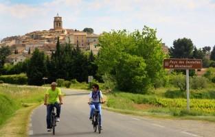 4. Vijf dagen op de fiets De Vaucluse is een uitgelezen regio om er op de fiets op uit te trekken. Een bijzonder traject is de rondtoer van de Luberon die 236 km telt. Naar keuze pak je die aan in vijf of zeven dagen waarbij je met touroperators zoals sun-e-bike volop van het glooiende landschap en de hooggelegen dorpjes geniet, terwijl elke avond je bagage keurig op de volgend etappeplaats wacht. Op meerdere locaties kan je ter plaatse ook een fiets of e-bike huren. © HOCQUEL Alain – Vaucluse Provence